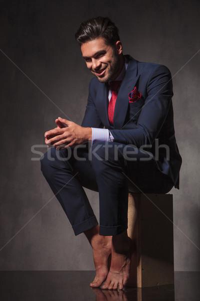 Boso człowiek biznesu uśmiechnięty trzymając się za ręce wraz widok z boku Zdjęcia stock © feedough