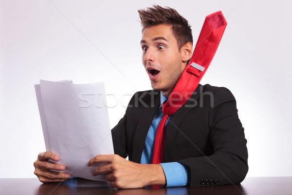 Człowiek biurko spektakularny wiadomości młodych człowiek biznesu Zdjęcia stock © feedough