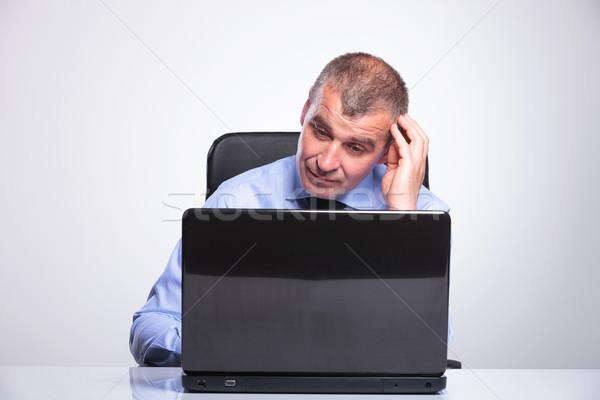 古い ビジネスマン ルックス 困惑して ノートパソコン シニア ストックフォト © feedough