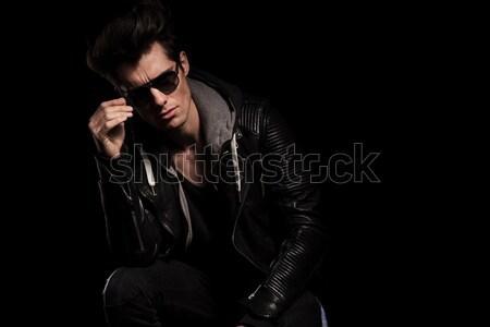 Dramatyczny myśliciel okulary stwarzające studio Zdjęcia stock © feedough