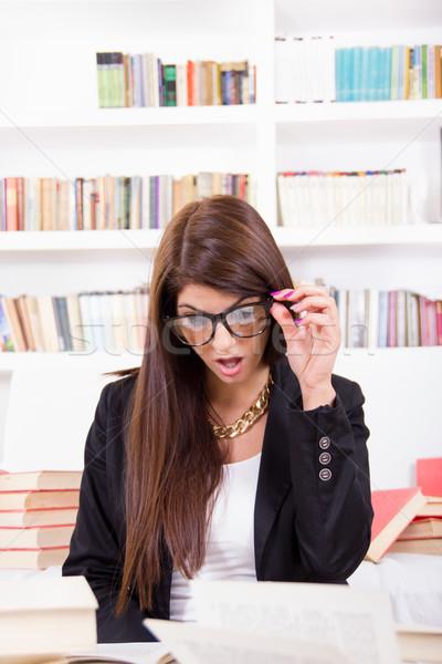 Zavart női diák szemüveg csinos könyvek Stock fotó © feelphotoart