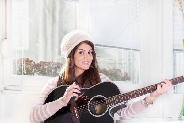 Csinos lány játszik gitár mosolyog mosoly Stock fotó © feelphotoart