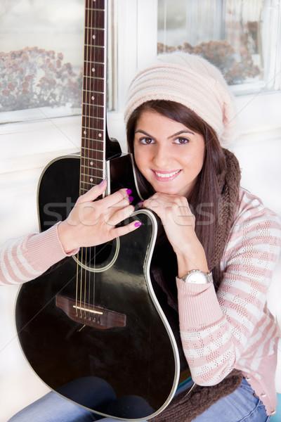 довольно девушки гитаре улыбаясь улыбка Сток-фото © feelphotoart