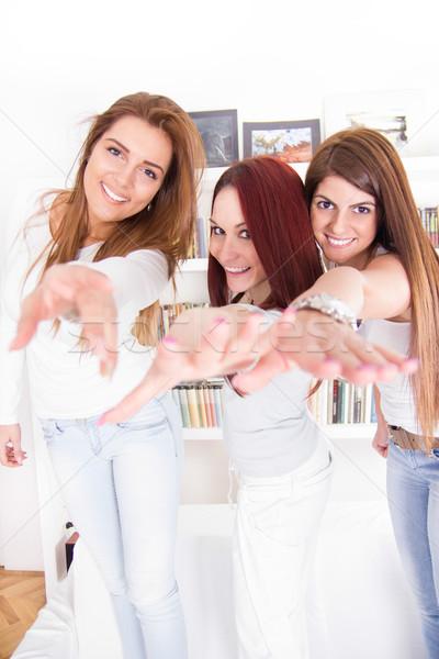 Сток-фото: девочек · рук · из · улыбаясь · три · счастливым