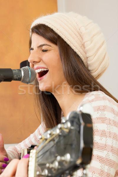 девушки пения громко играет гитаре усилие Сток-фото © feelphotoart