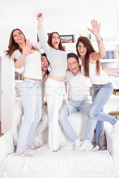 Csoport boldog barátok kanapé ház mosolyog Stock fotó © feelphotoart