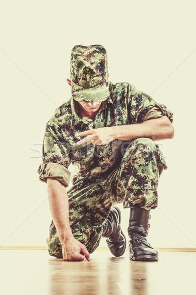 Katona rejtett arc zöld álca egyenruha Stock fotó © feelphotoart