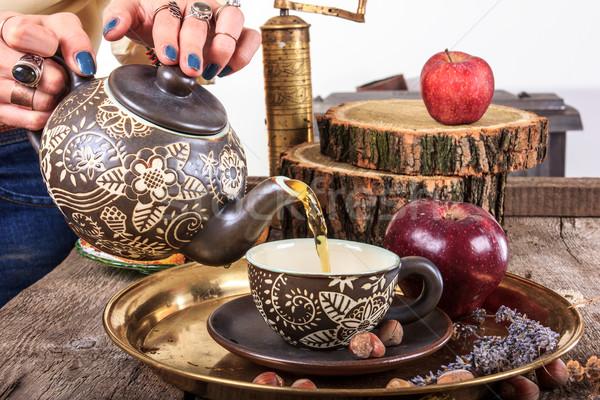 Nő áramló tea teáskanna klasszikus fa asztal Stock fotó © feelphotoart