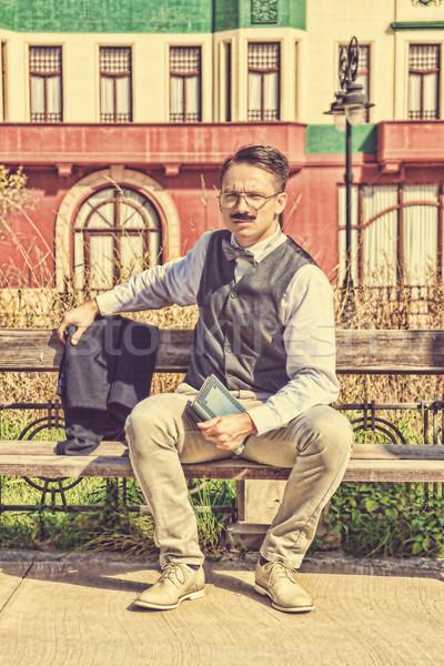 Elegáns férfi ül pad megnyugtató könyv Stock fotó © feelphotoart