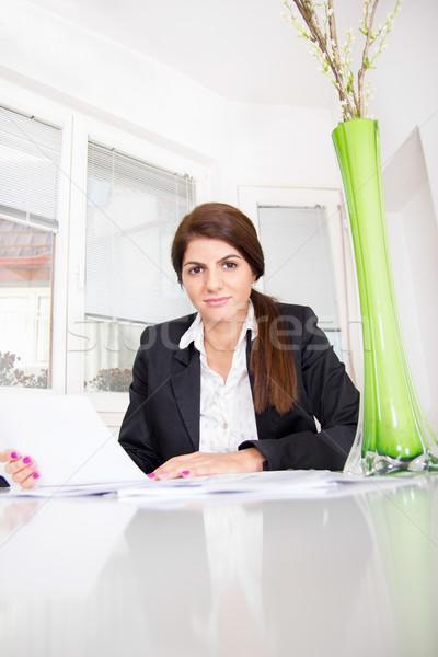 Gyönyörű üzletasszony ház ül asztal papírok Stock fotó © feelphotoart