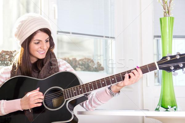 девушки играет гитаре таблице улыбаясь улыбка Сток-фото © feelphotoart