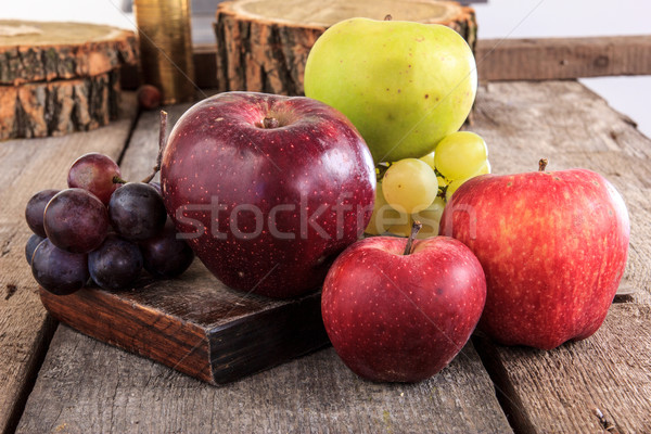 Közelkép friss organikus gyümölcsök almák szőlő Stock fotó © feelphotoart