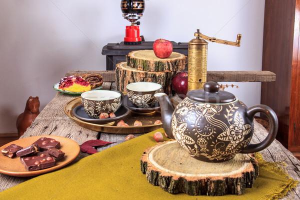 Foto stock: Chá · velho · mesa · de · madeira · maçãs · nozes