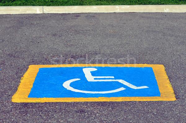 Upośledzony parking podpisania malowany bruk samochodu Zdjęcia stock © FER737NG