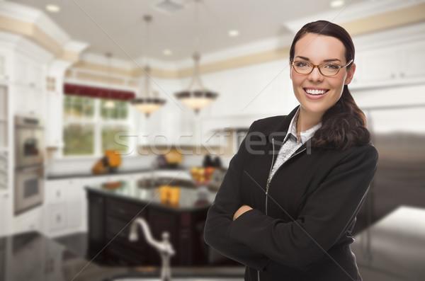 Foto stock: Mulher · jovem · em · pé · belo · cozinha