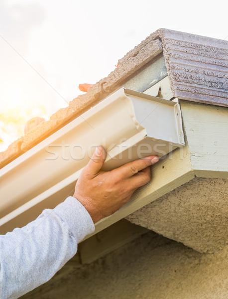 Werknemer aluminium regen goot huis gebouw Stockfoto © feverpitch