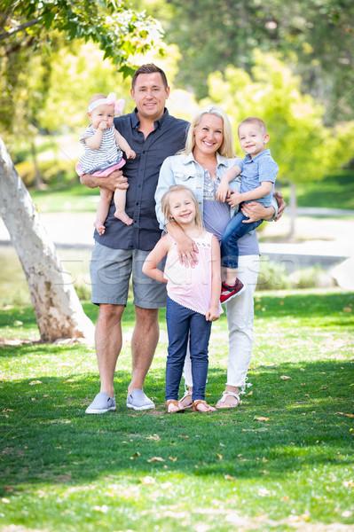 幸せ 小さな 白人 家族の肖像画 公園 家族 ストックフォト © feverpitch