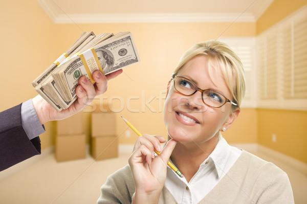 Vrouw geld lege kamer potlood Stockfoto © feverpitch