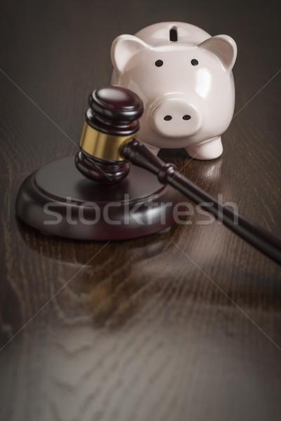 Kalapács persely asztal tükröződő fa asztal pénz Stock fotó © feverpitch