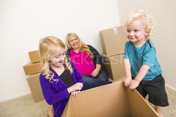 Fiatal család üres szoba játszik költözködő dobozok játékos Stock fotó © feverpitch