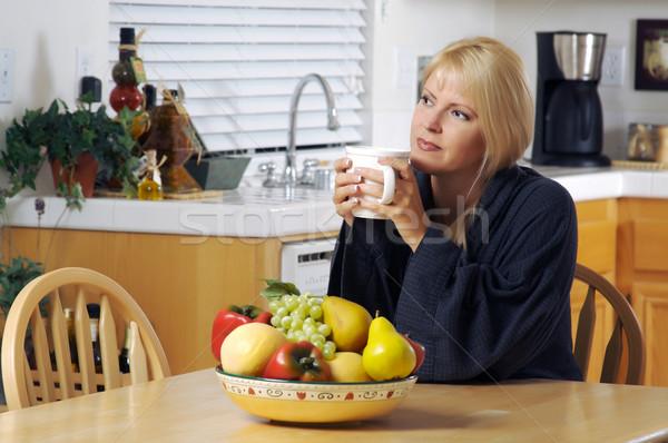 Vrouw keuken beker koffie huis sexy Stockfoto © feverpitch