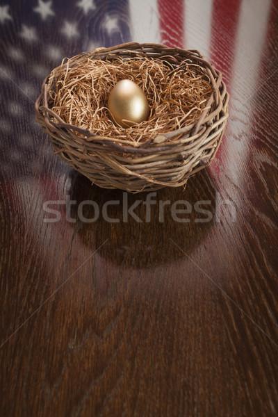 Zdjęcia stock: Złote · jajka · gniazdo · amerykańską · flagę · refleksji · tabeli · drewniany · stół