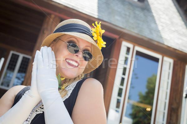 Stockfoto: Aantrekkelijke · vrouw · twintiger · antieke · huis · aantrekkelijk · jonge · vrouw