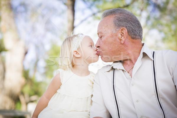 Nagyapa leányunoka csók park szerető kívül Stock fotó © feverpitch