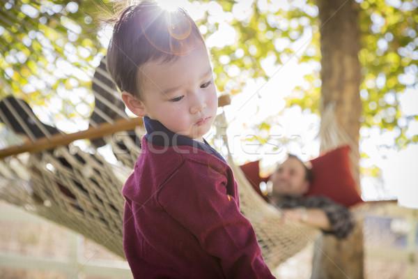 Halfbloed jongen ouder achter buiten Stockfoto © feverpitch
