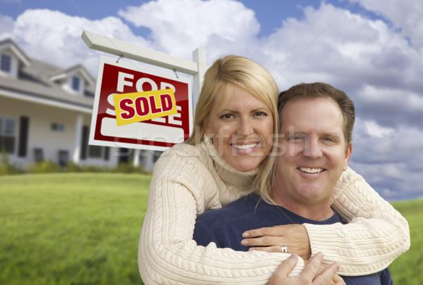 Feliz Pareja vendido signo casa Foto stock © feverpitch