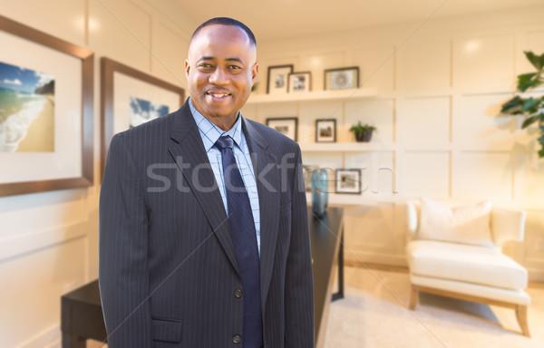 Knap afro-amerikaanse zakenman binnenkant kantoor aan huis Stockfoto © feverpitch