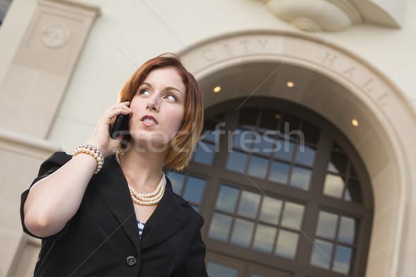 Stockfoto: Jonge · zakenvrouw · mobiele · telefoon · stad · hal · trots