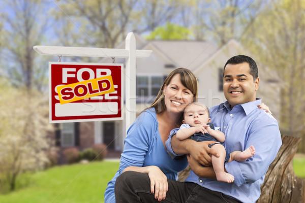 Stock fotó: Fiatal · család · eladva · ingatlan · felirat · ház