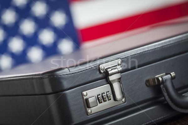 Pelle valigetta riposo tavola bandiera americana dietro Foto d'archivio © feverpitch
