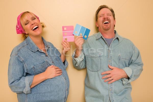 Hamile gülme çift pembe mavi duvar Stok fotoğraf © feverpitch