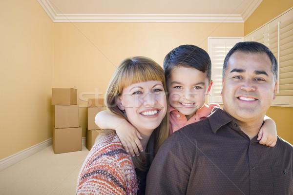 Jóvenes familia habitación feliz Foto stock © feverpitch