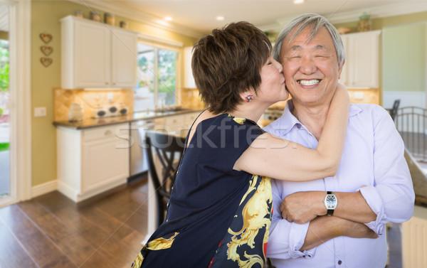 Heureux supérieurs chinois couple baiser à l'intérieur Photo stock © feverpitch