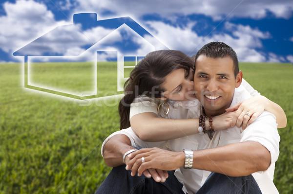 Latino paar vergadering grasveld huis achter Stockfoto © feverpitch