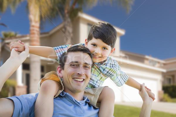 Hijo de padre a cuestas casa jugando familia Foto stock © feverpitch