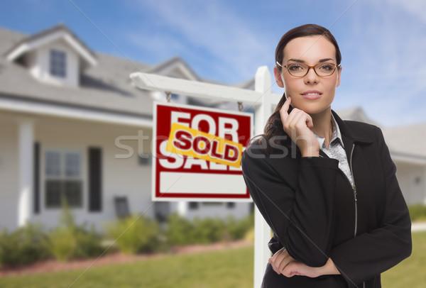 Halfbloed vrouw huis uitverkocht teken aantrekkelijk Stockfoto © feverpitch