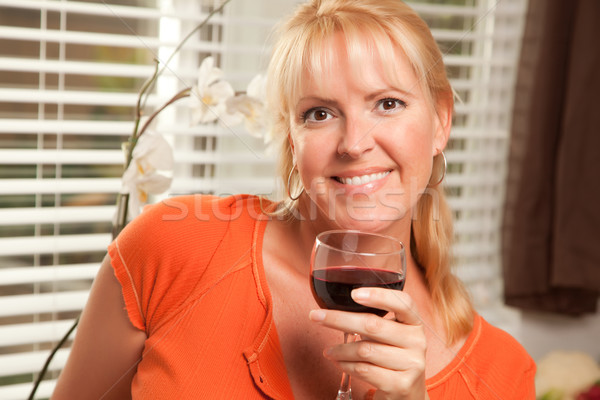 Atraente loiro vidro vinho cozinha sorrir Foto stock © feverpitch