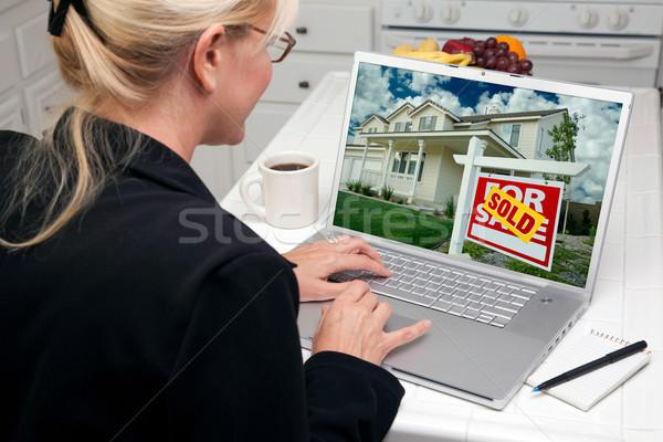 Vrouw keuken met behulp van laptop onroerend onderzoek scherm Stockfoto © feverpitch