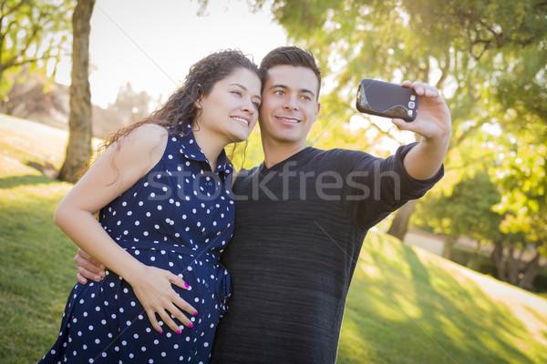 Embarazadas esposa marido toma teléfono celular Foto Foto stock © feverpitch