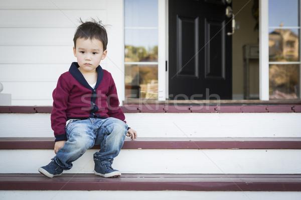 Melancolía nino sesión frente porche Foto stock © feverpitch