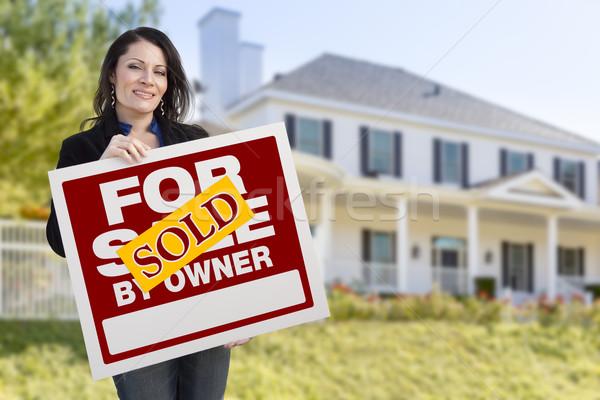 Vrouwelijke uitverkocht eigenaar teken huis Stockfoto © feverpitch