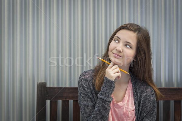 Foto stock: Jovem · feminino · estudante · lápis · olhando