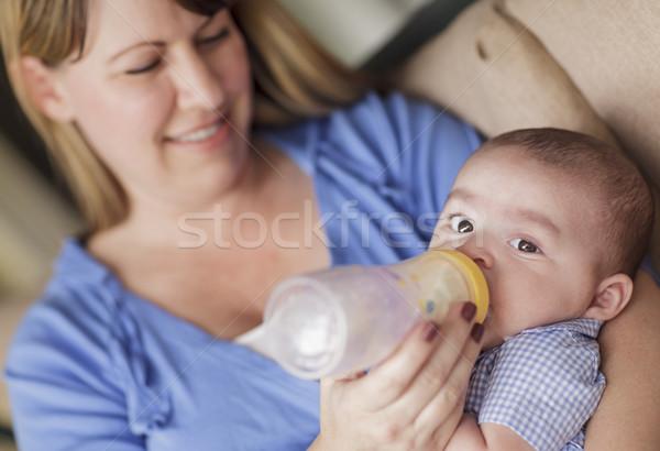Gelukkig moeder fles zoon inhoud Stockfoto © feverpitch