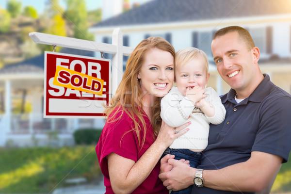 Jonge militaire familie uitverkocht teken huis Stockfoto © feverpitch