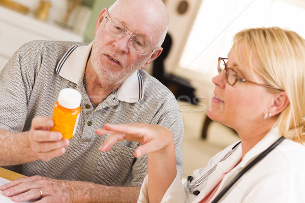 Stock fotó: Orvos · nővér · magyaráz · vényköteles · gyógyszer · idős · férfi