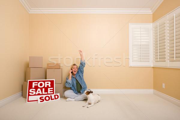 Foto stock: Vendido · inmobiliario · signos · cajas · feliz · teléfono · mujer